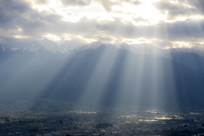 雲の隙間から薄日が差し込む「天使のはしご」。その幻想的な光景は、幸せの予兆ともいわれています。虹よりもずっと出現率が高く、条件の整いやすい早朝や夕方によく見られる現象です。注意深く空を観察すれば、手軽に幸せを引き寄せられるかも?