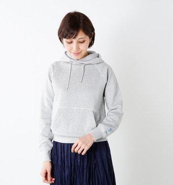 コンパクトなサイズ感でフェミニン派にもぴったり。ボリューミーなパンツやスカートに合わせて。