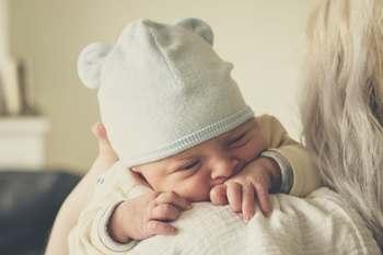 しかし赤ちゃんにとって、外で聞こえるいろいろな音や、匂い、太陽の下で見えるママの顔など、外で感じるものは全て、新鮮な驚きに満ちています。とても大切な事なんですよ。  また、夜、赤ちゃんがよく寝てくれるためには、お散歩で少し気分転換した方がよいとも言われています。  ママ&赤ちゃんで、寒い外に出かけるときの『防寒対策』として、今回ご紹介したいのが「ママコート」です。