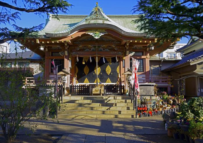 まずは、浅草駅から歩いて15分ほどのところにある「今戸神社」へ。1063年(康平6年)に創建された由緒のある神社は、関東大震災や戦災などで何度か焼失してしまいましたがその都度再建され、現在の社殿は、1971年(昭和46年)に建てられたもの。よくお手入れされた境内は、のんびりした雰囲気です。