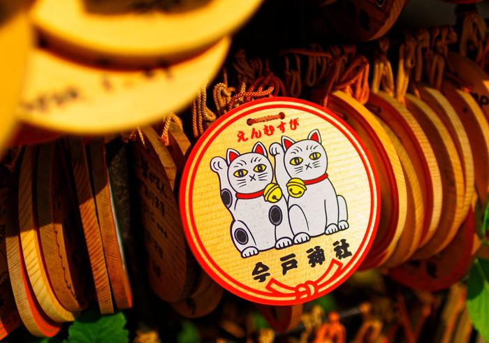 """絵馬には招き猫と""""えんむすび""""の文字が。お詣りして、新たな良縁に恵まれると良いですね。"""