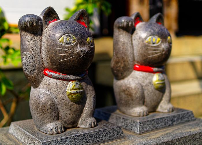 伊弉諾尊(いざなぎのみこと)・伊弉冉尊(いざなみのみこと)という男女の神様が御祭神であることから、「婚活神社」とも呼ばれ、縁結びのご利益をいただけるとされています。また、招き猫発祥の地とも言われていて、ペアの招き猫は良縁も招いてくれるらしいと女性に人気です。