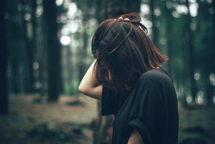 ぐるぐると負のスパイラルに陥っているとき、あなたはどんなことを考えているでしょうか。「あの人がこうだから」「わたしは間違ってない」などと、感情的に考えていることに気付くはずです。大切なのは、「合理的に考える」ことです。不平不満を抱え続けても、何もメリットはありません。人生とはそういうものだと割り切り、今どうするのがベストなのかを合理的に考えます。