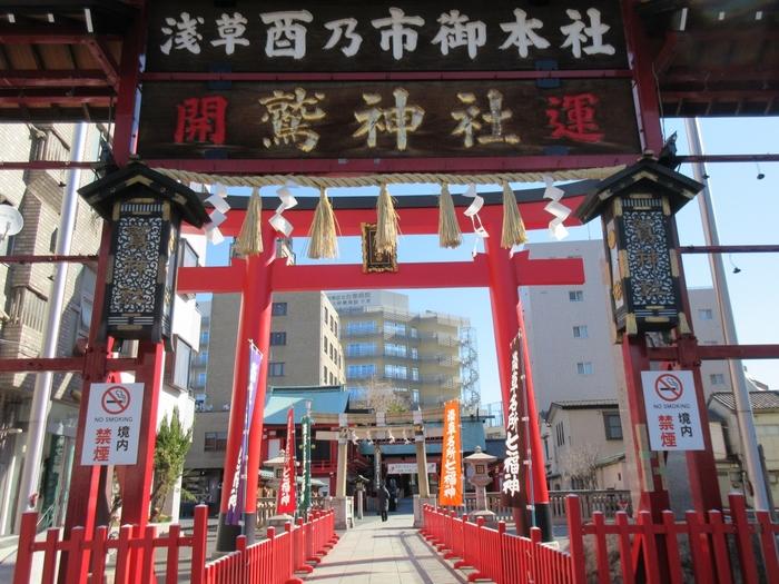 「鷲(おおとり)神社」は、今戸神社から歩いて20分ほどのところにあります。「酉の市(とりのいち)」で知られ商売繁盛のご利益があることで有名ですね。ビジネスマンをはじめ、多くの方がお詣りしています。