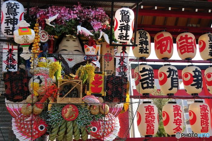 開運や殖産、商売繁盛の神様である天日鷲命(あめのひわしのみこと)と日本武尊(やまとたけるのみこと)が御祭神。鮮やかな朱塗りの門に飾られた大きな熊手が華やかで、いかにもご利益がありそうだと思いませんか?