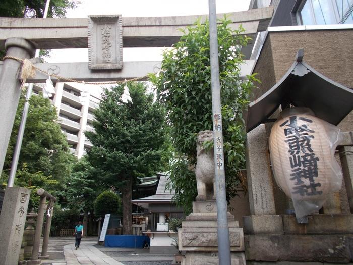 鷲神社から徒歩10分ほどのところにある「小野照崎(おのてるさき)神社」は、学問や芸能のご利益があるとされている神社です。まだ役者の卵だった俳優・渥美清さんが「もっと活躍できるように」と小野照崎神社に願をかけたところ、見事「男はつらいよ」の主役に抜擢されたというエピソードがあることから、今でも芸能人や音楽家、芸術家が多くお詣りしているそう。