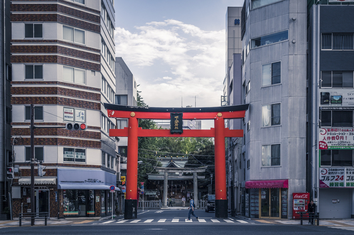 上野駅から歩いて5分ほど、大通りから見える大きな鳥居が印象的な「下谷神社」。先ほどの小野照崎神社からは徒歩20分ぐらいのところにあります。