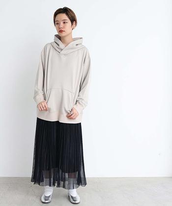 ボーイッシュなプルオーバーパーカーに合わせたのは、透け感のあるチューリーなスカート。そのテイストギャップが、着こなしに旬なおしゃれ感を引き寄せます。