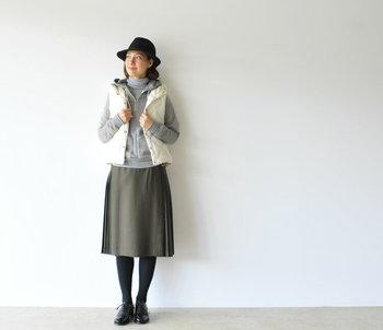 寒さが本格的になってきたら、首元を温めてくれるタートルネックを重ねて。レイヤードすることで着こなしに立体感も生まれます。
