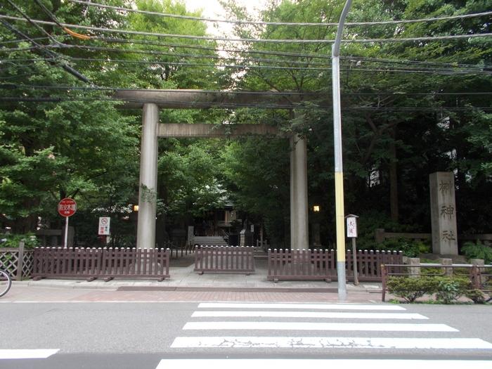 都営浅草線の蔵前駅から3分ほど歩いたところにある「第六天榊神社」。先ほどの下谷神社は、大江戸線の新御徒町駅からも歩いて5分。蔵前までは1駅なのですぐに移動できますね。