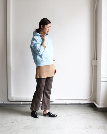 暗くなりやすい秋冬の装い。プルオーバーパーカーで明るいブルーを投入し、ルックに爽やかな彩りを添えて。