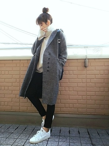 ゆったりニットにグレンチェックのコートが今年らしい着こなし。ちらりと見える足首がよりほっそりと見せてくれています。