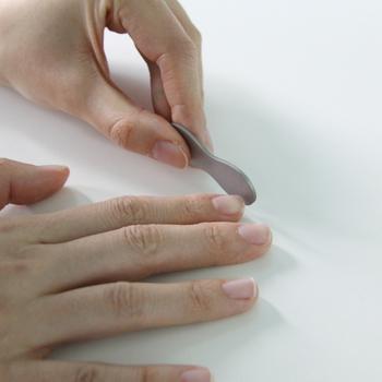 爪を手早くカットできる爪切りは、場合によっては指先に大きな負担をかけることも。少しずつ爪やすりで削っていくのがおすすめです。削るときは往復させず、動かす方向を一定に保つのがポイント。