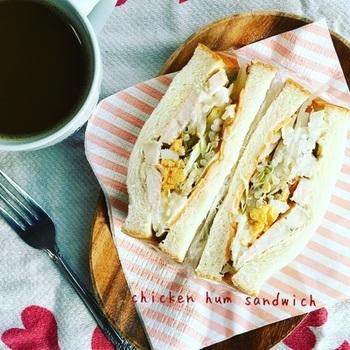 鶏ハムにキャベツ、もやし、卵、チーズとたっぷりの具材が美味しいサンドイッチです。ふわふわのパンで挟み込んで、ボリュームも抜群です。