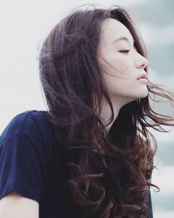 毎朝使うヘアアイロンやドライヤー。専用のスタイリング剤を活用して、熱によるダメージから髪をしっかり守りましょう。