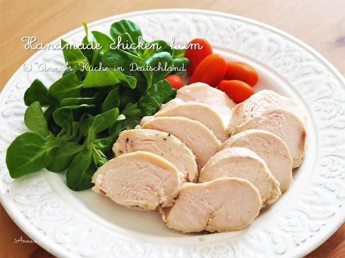 こちらは巻かずに作る鶏のかたちを生かした鶏ハムレシピです。二重にしたジップロックに下味をつけた鶏むね肉を入れて、茹でるだけというお手軽さに、何度もリピートしたくなってしまいますよ。