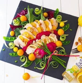 鶏ハムにお野菜をたっぷり合わせて、元気いっぱいのパワーサラダに仕上げています。きゅうりをくるりと巻いたり、スナップエンドウを半分に開いたりすると可愛くなりますね。