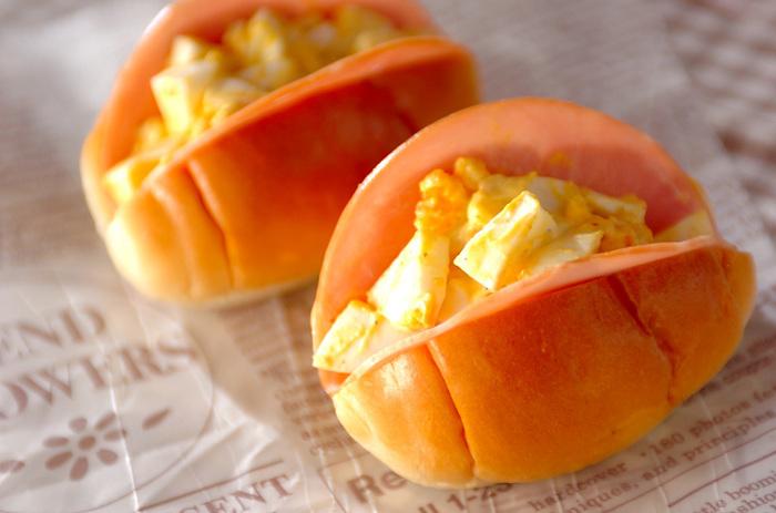 シンプルなロールパンにハムと卵サンドをはさんだベーシックなロールパンサンドです。懐かしいお味に、ついついいくつも食べてしまいそう。