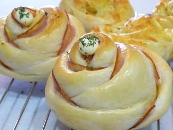難しそうな薔薇の形のハムロールパンですが、構成さえわかれば実は簡単に作ることができるんです!焼き上がりで薔薇が咲いたようにふっくらと仕上がると嬉しくなりそうです。