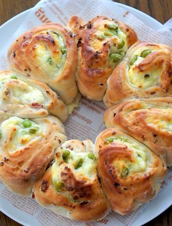 生地に生ハムをたっぷりと混ぜ込み、マスカルポーネと枝豆を巻き込んだ贅沢なパンです。くるりと巻いてカットしてから焼き上げているので、断面がよく見えます。