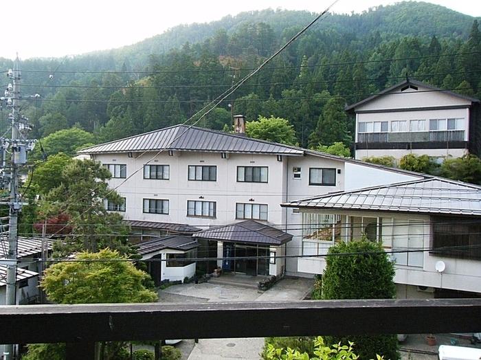 敷地内からの自噴する「生源泉」の源泉かけ流し100%の温泉を満喫できる桐屋旅館。温泉街に13ある外湯めぐりにも便利な立地です。