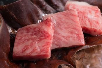 ブランド肉は還元率も高く、毎年、人気の返礼品のひとつになっています。すきやきやステーキといった牛肉はもちろんのこと、ボリュームのある豚肉やなかなか食べられない馬肉などをチョイスする人も多いんですよ。