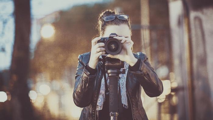 「ストックフォト」とはもともと、様々なシチュエーションで撮られた写真素材のこと。「PIXTA(ピクスタ)」や「Fotolia(フォトリア)」、「photolibrary(フォトライブラリー)」などさまざまな会社がストックフォトを販売しています。ここにクリエイターとして登録することで、自分で撮った写真を販売することができるようになります。
