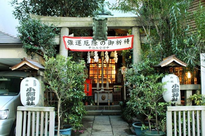 水天宮から歩いて7~8分のところにある「小網(こあみ)神社」は、強運厄除けのご利益があることで有名です。境内はこじんまりとしてますが、休日は行列ができるほど。