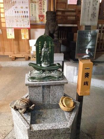 市杵島比賣神(いちきしまひめのかみ)は、弁財天として有名です。亀が見守る「銭洗いの井」でお金などを清めてお財布に入れておくと、財運を授かるとも言われています。