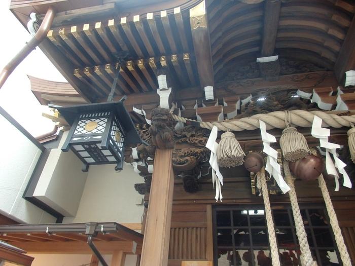 小網神社には強運厄除のエピソードがいくつもあります。たとえば、第二次世界大戦で戦地へ赴くことになった出征兵士にここのお守りを渡したところ、全員が生還したそうです。また、東京大空襲でも社殿を含む境内の建物は奇跡的に戦災を免れています。こちらの社殿は、日本橋地区に残されている唯一の木造檜造りの神社建築です。
