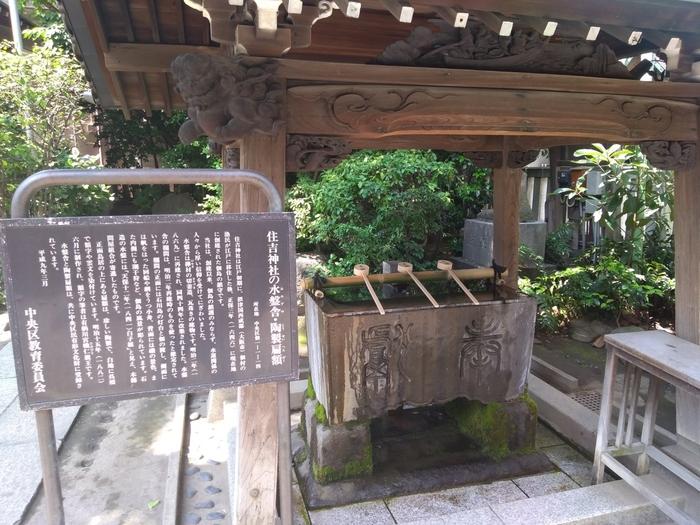 神社のある佃島は、江戸時代に海運業で栄えました。住吉三神である、底筒男命(そこつつのおのみこと)・中筒男命(なかつつのおのみこと)・表筒男命(うわつつのおのみこと)は海を司る神様。多くの船が行き来する場所にある神社ということもあり、海上安全や渡航安全の守護神として信仰を集め、現在は交通安全の神様として知られています。