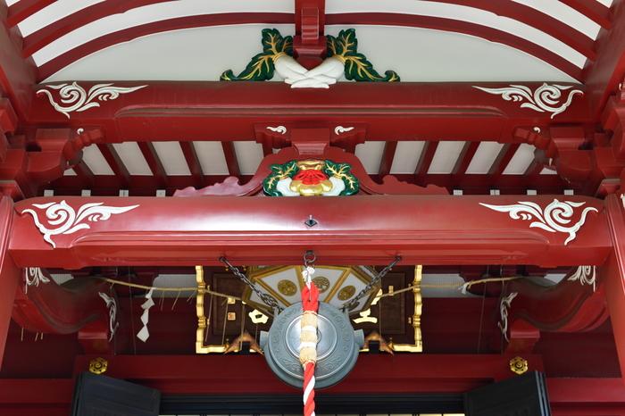 本殿の彫り物をよく見ると、2本の大根が!これは、無病息災や夫婦和合、子孫繁栄のご利益があるとされるお寺のシンボルです。