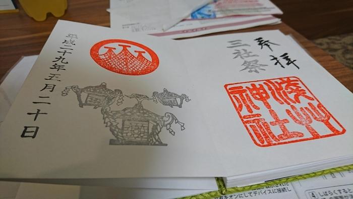 """三柱の神さまをまつっていることから、浅草神社は地元の方から""""三社さま""""と呼ばれ、浅草で有名な「三社祭り」も浅草神社が由来と言われています。三社祭りの期間は、御朱印にもお神輿が描かれているんですね。"""