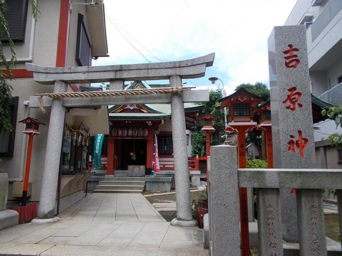 「吉原神社」は、浅草駅から三ノ輪方面に20分ほど歩いたところにあります。かつて吉原遊郭にまつられていた5つの稲荷神社と遊郭に隣接する吉原弁財天を合祀した神社で、歓楽街の中にひっそりとたたずんでいます。