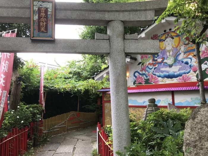 こちらにまつられているのは弁財天。「市杵島姫命(いちきしまひめのみこと)」という神さまがまつられていて、かつて吉原遊郭の遊女たちによる信仰を集めたことから、現在でも女性のさまざまな願いが叶うとされています。壁画は、2012年に東京芸術大学の学生さんが描いたそう。あでやかな色合いと美しい表情が印象的ですね。