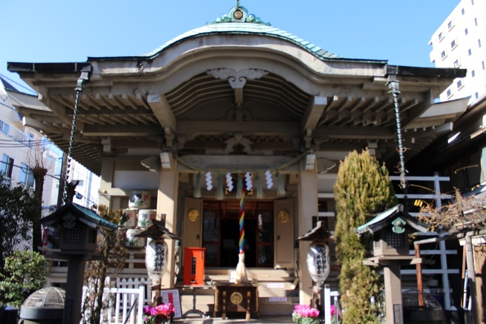 三十三間堂は震災などにより焼失してしまいましたが、地元の方によって1960年(昭和35年)に社殿が再建されました。境内はそれほど広くありませんが、下町のゆったりとした空気が流れています。