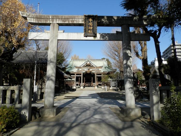 """浅草駅から徒歩10分、言問橋を渡って少し歩いたところにある「牛嶋神社」は、1160年近い歴史をもつ神社です。かつて隅田川に沿う旧本所エリアを""""牛嶋""""と呼んでいたことから、その鎮守として称されました。"""