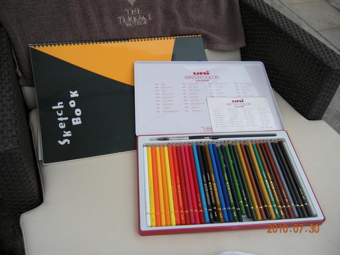 ひし形の三菱マークの鉛筆でお馴染み、三菱鉛筆の色鉛筆もまた優秀。  中硬質タイプなので、一般的な色鉛筆と同じような力加減で使えます。なめらかな書き心地を実現する為に、特殊なワックスが使われているので、初心者さんにもおすすめですよ。メイドインジャパンで、愛着もわきやすいですね。