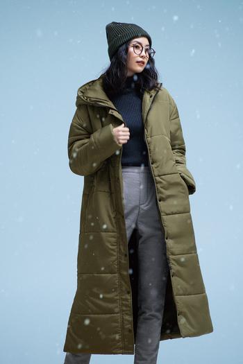 """高機能素材《サーモライト®中わた》を使用したロング丈のベンチコートは、とにかく""""暖かくて軽い""""のが魅力。すっきりとシンプルなデザインに、トレンドのスポーツテイストを取り入れた、スタイリッシュな印象がタウンユースにもぴったりです。こなれ感のあるカーキ色なので、暗くなりがちな冬の装いもパッと華やかに。 両サイドの裾はファスナーで開閉できるスリットになっていて、脚さばき具合やシルエットの調整ができる、気の利いた仕様も嬉しい。"""