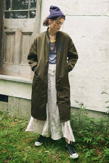 あの「MA-1ジャケット」をベースにデザインされたコートは、ライニングにオフホワイトのボアを使用し、リバーシブルで着ることができる便利な仕様。気分に合わせて、着こなしの幅が広がりそうです。 丸みのあるシルエットとロング丈で、すっぽり包まれるぬくもり感も心地よい。