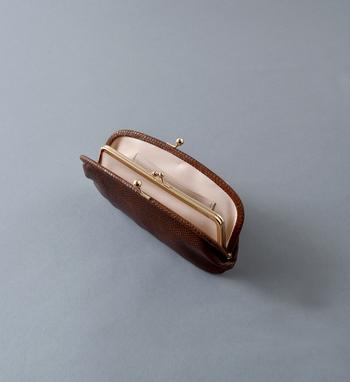 StitchandSewのお財布はコインケースとお札入れ・カードホルダーを備えた長財布タイプで、これぞがま口財布といったクラシカルなデザインが魅力的ですね。