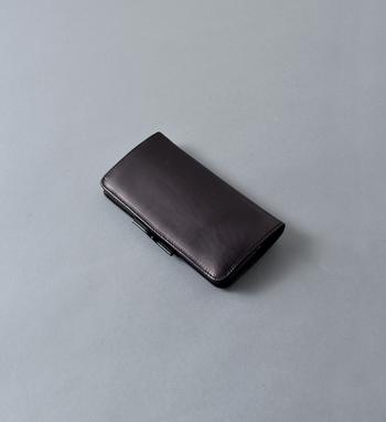 がま口財布といってもこんなかっこいいデザインのものも。 POMTATAのお財布はがま口の使いやすさはそのままに、あえてクラシックにせずにスタイリッシュに。