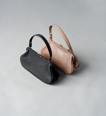 デザインから制作までの工程をひとりの女性デザイナーがおこなっている小さなバッグメーカーのyammart。革のがまぐち仕様のハンドバッグは曲線を多用した女性らしいデザインでクラシックな印象。シンプルなデザインで、レザー、金具ともに経年変化が楽しめそうです。