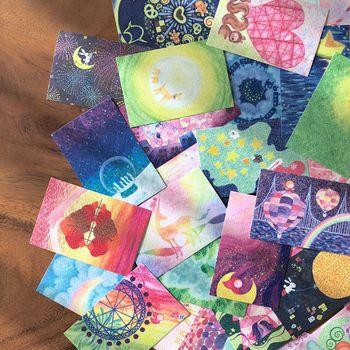 紙に水を含ませるため、画用紙が最適とされていますが、ポストカードでもきれいに発色するのも、うれしいところ。  部屋に飾るような大作ではなく、お友達のプレゼント用メッセージカードや年賀状、お礼状などに、そっと水彩色鉛筆で絵を添えてみても。とても心がこもっている感じがして、喜ばれますよ。  基本のポイントさえわかればアレンジ自在なので、ぜひお気に入りの画材の1つに加えてみませんか。