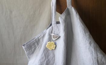 また洋服だけでなく、布製のバッグにちょこんと付けても、とっても可愛らしい存在感を放ちます。