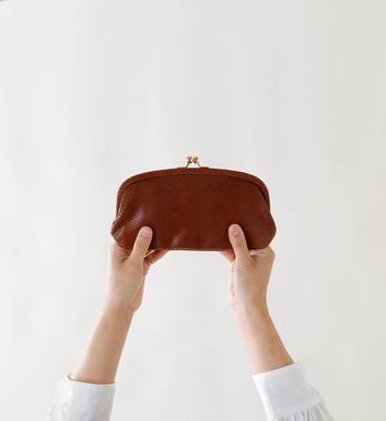 実はこちらのお財布、金運上昇に縁起の良いヘビ柄を型押ししたデザインとなっているので、幸運を呼び込んでくれそうな特別感がありますね。