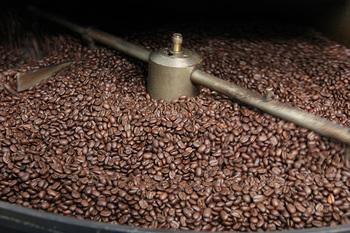 コーヒーの生豆は焙煎して火を入れることで、コーヒーらしい香りや味に出会うことができます。同じ豆でも、焙煎をすればするほど甘みがUP、酸味が減り、苦味も増えるもの。