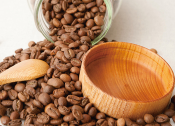 豆本来の特徴を豊かに感じらるのが中煎り、さらに焙煎するにつれて、カラメルやチョコレートの風味がでてくるというのが一般的。