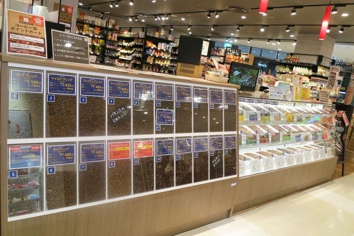 イオン直営のコーヒー&輸入食品のお店である「カフェらんて」。常に20種類ほどのコーヒー豆が用意されています。「スーパーでは購入したくないけれど、毎日飲むものだから専門店では高いな」という方向けの、比較的リーズナブルな価格設定で本格的なコーヒーを楽しめるのも特徴。