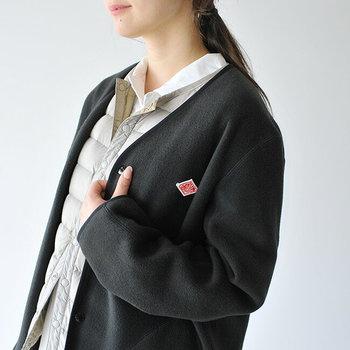 男女ともに人気が高いダントンのフリースカーディガン。ノーカラーでサラッと羽織れるスッキリとしたデザインなので、マフラーやストールとの相性も良い、今年トレンドの一着です。